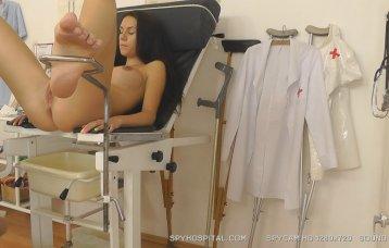 SpyHospital.com - Smutty dottore videotapes una gyno controlla-su sopra telecamera nascosta